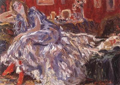 Jonge vrouw op een sofa